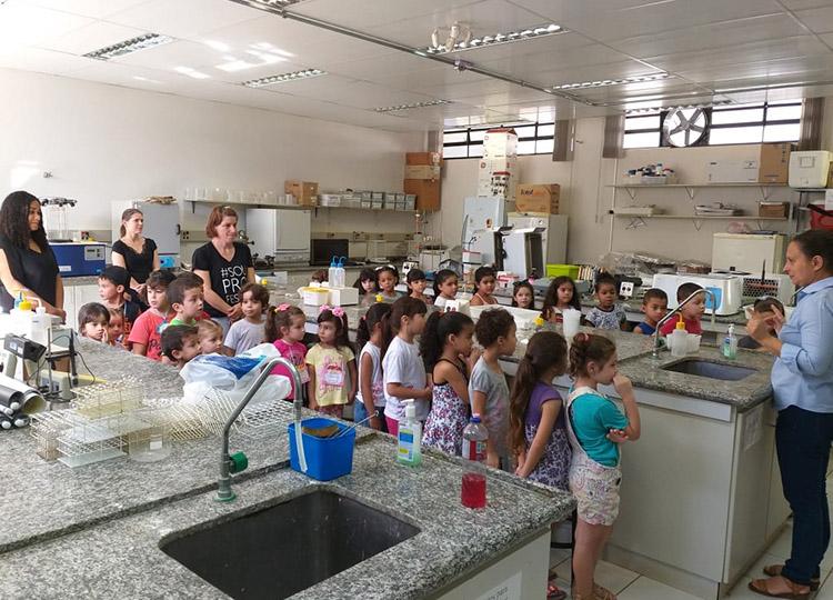 Alunos da EMEIF Judith conhecem laboratórios da Unesp