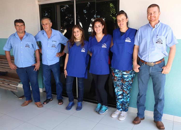 Secretaria Municipal da Educação entrega uniformes aos funcionários externos