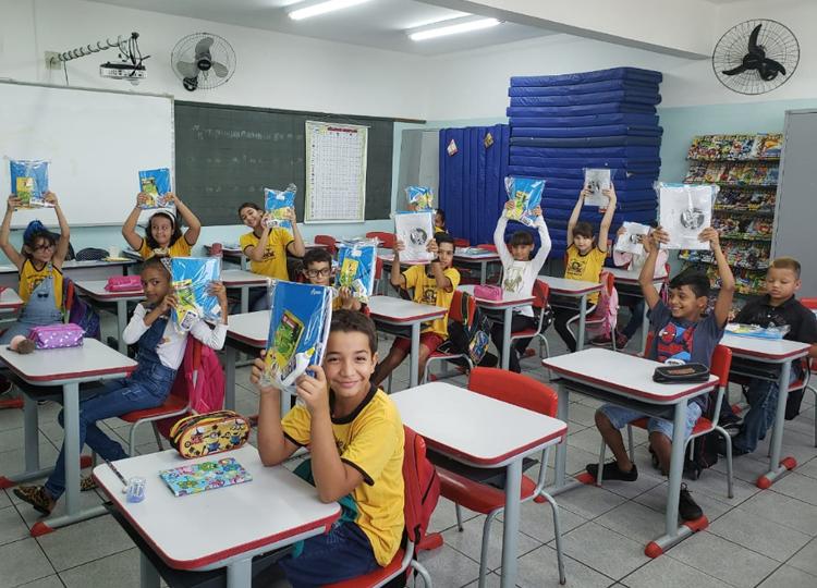 Prefeito, secretária da Educação, gestores e professores recepcionam alunos na volta às aulas
