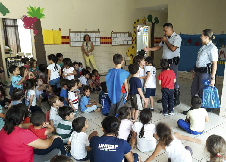 Projeto da EMEI Eunice de Lima Silveira recebe policiais rodoviários na escola