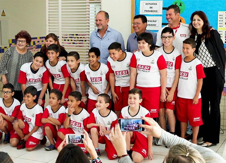 Alunos municipais recebem uniformes do Programa Atleta do Futuro