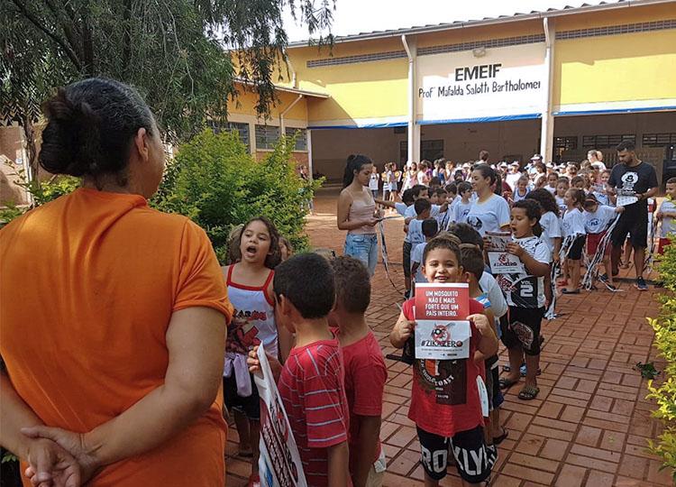 Passeata de alunos conscientiza comunidade sobre a prevenção ao Mosquito da Dengue